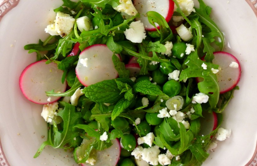 Σαλάτα με φρέσκο βιολογικό αρακά, ρόκα και φέτα